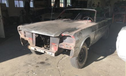 Ford Mustang binnen om te plaatwerken en te spuiten.