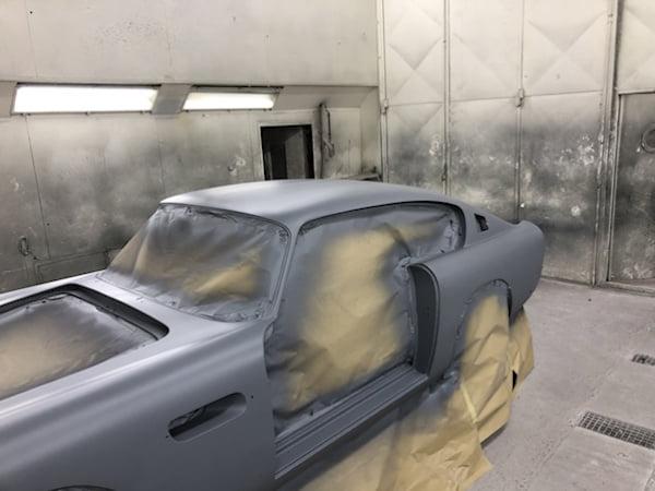 Aston Martin DB6 staat in de grondverf