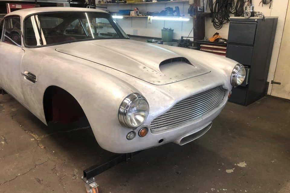 Laksysteem opbouwen op een Aston-Martin DB4  Carrosserie staat in de epoxy en we zijn begonnen met het strakmaken.