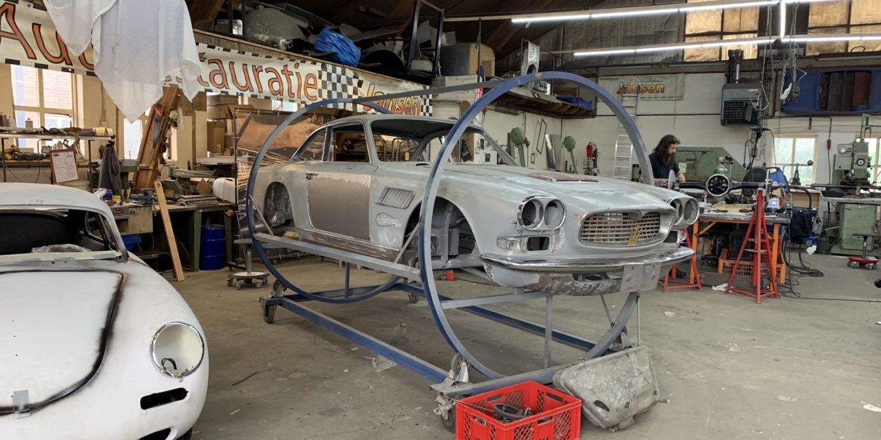 Maserati Sebring binnen voor plaatwerk en spuiten.