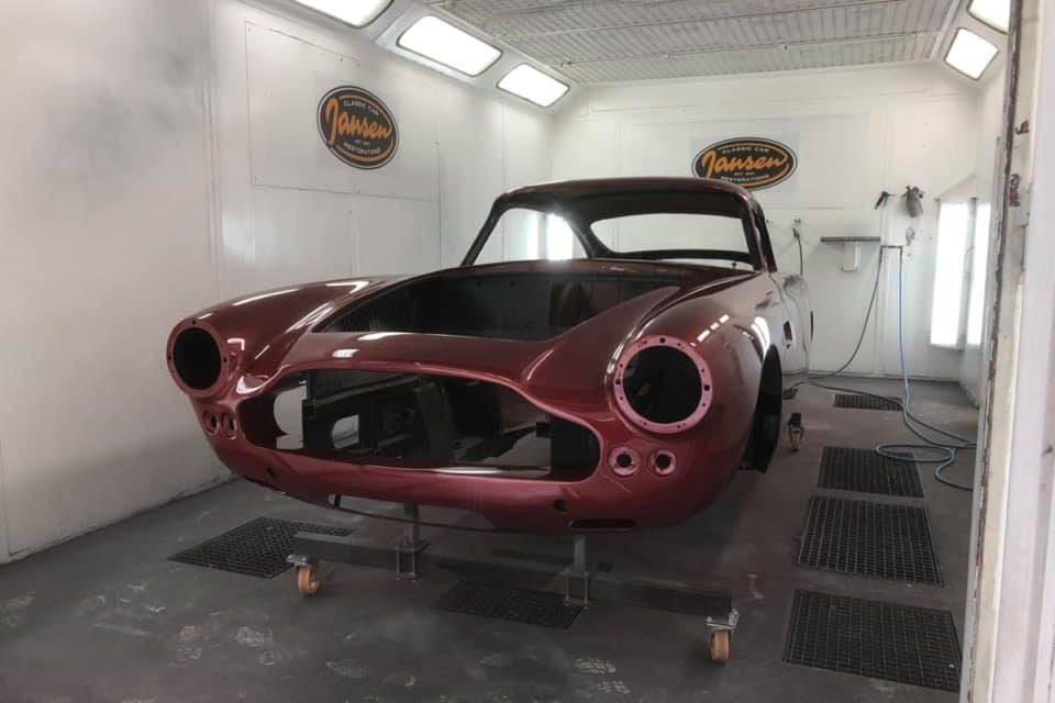 Aston Martin DB 4 in kleur gespoten.