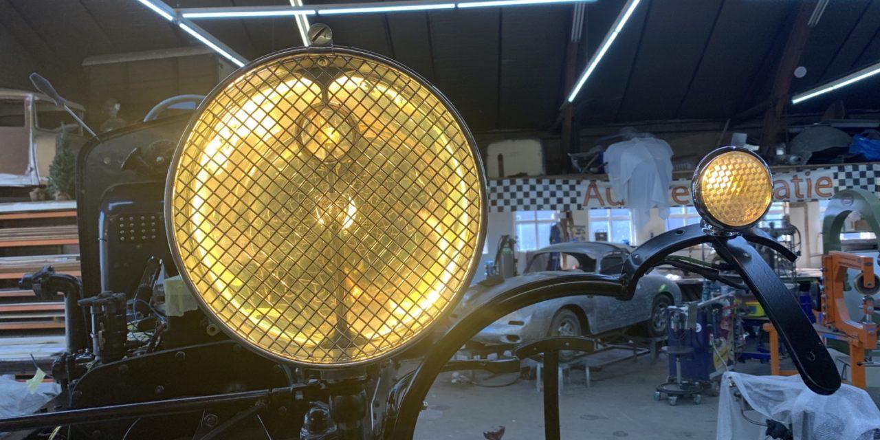 Lampen van de Delage branden mooi Frans geel