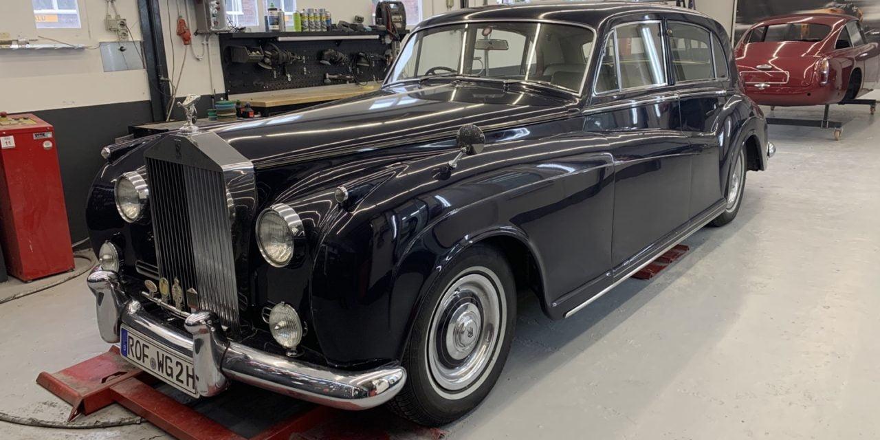 Rolls Royce binnen voor restauratie