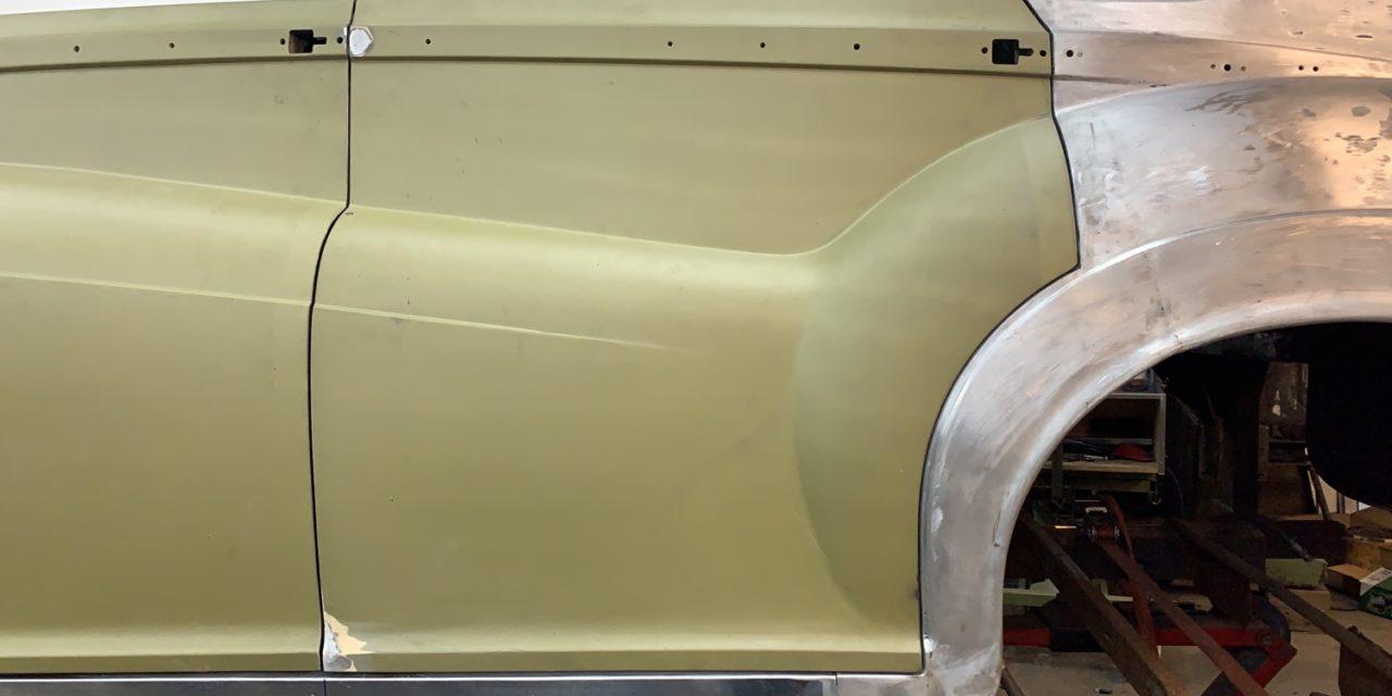 Plaatwerk aan een Rolls Royce gedaan.