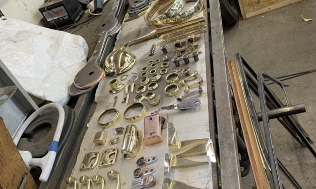 Diverse delen Rolls Royce geslepen en gepolijst en klaar om te verchromen.
