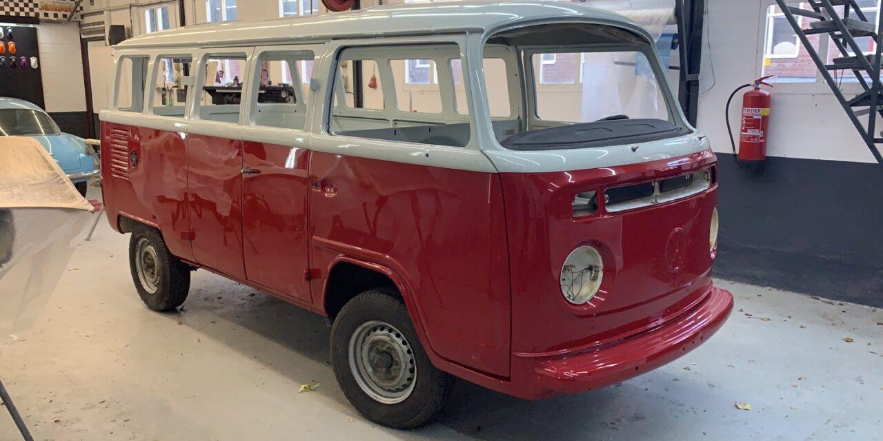VW T2 gespoten in twee originele kleuren.