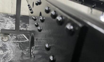 Unimog chassis gestraald, Geschoopeerd en gespoten.