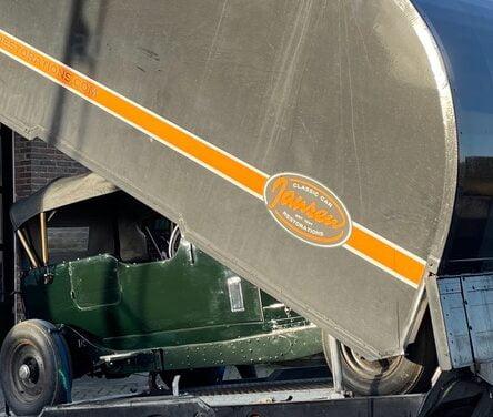 Bentley staat in de gesloten autotransporter om weg te worden gebracht.
