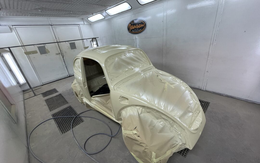 VW Kever in de originele kleur gespoten.